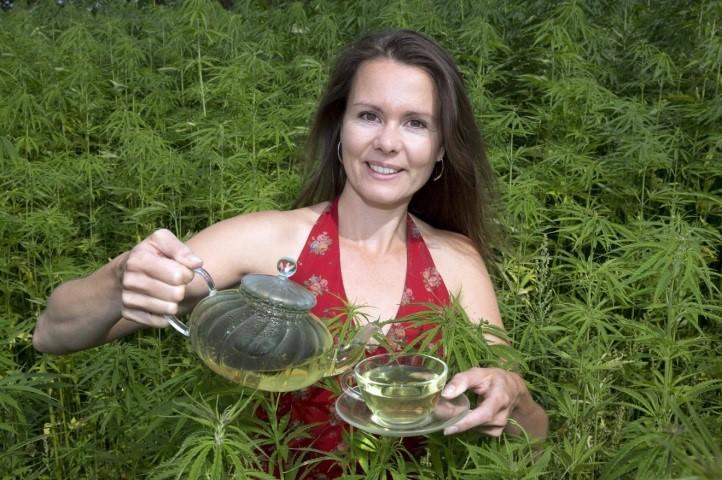 Esther Molenwijk met haar hennepthee. Bron